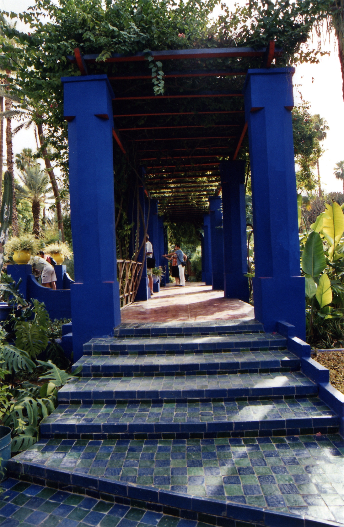 Majorelle blue tour yves saint laurent s moroccan for Le jardin yves saint laurent marrakech